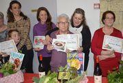 Madame Chrsitiane CHARPENTIER reçoit le prix de la meilleure soupe pour sa recette de Bortsch